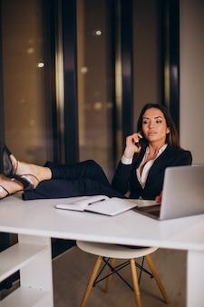 Femme d'affaires travaillant tard dans la nuit au bureau
