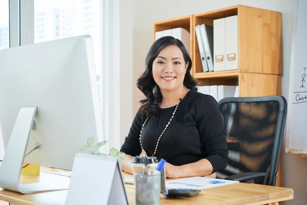 Femme d'affaires travaillant