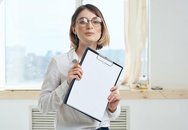 Une femme d'affaires travaille puis documente le fonctionnaire de l'espace de copie
