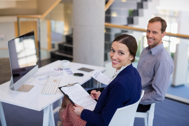 Femme affaires, travailler bureau, à, collègue