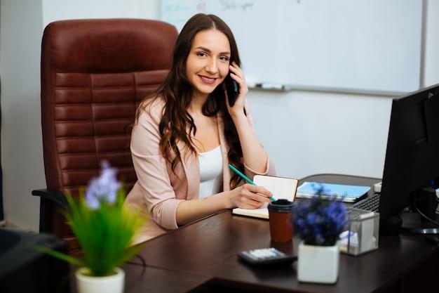 Femme affaires, travailler bureau, à, documents