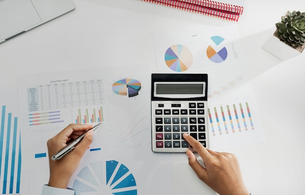 Femme affaires, travailler bureau, utilisation, calculatrice, et, ordinateur portable, analyser, finance, comptabilité, dans, bureau