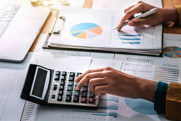 Femme affaires, travailler, finance, et, comptabilité, analyser, financier, bouger