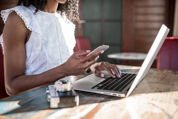 Femme affaires, travailler maison, téléphone portable