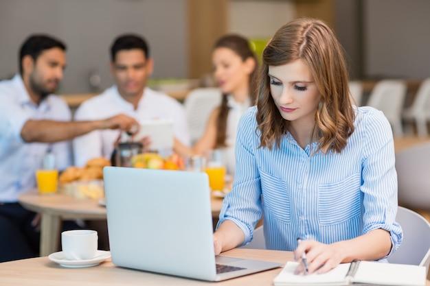 Femme affaires, travailler, ordinateur portable, quoique, avoir café