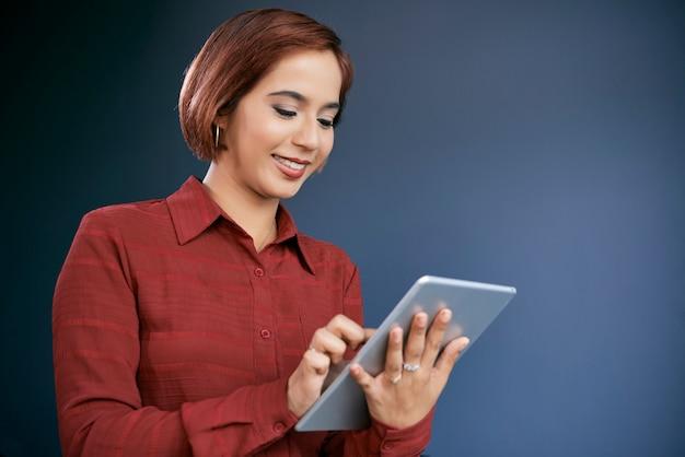Femme affaires, travailler, tablette