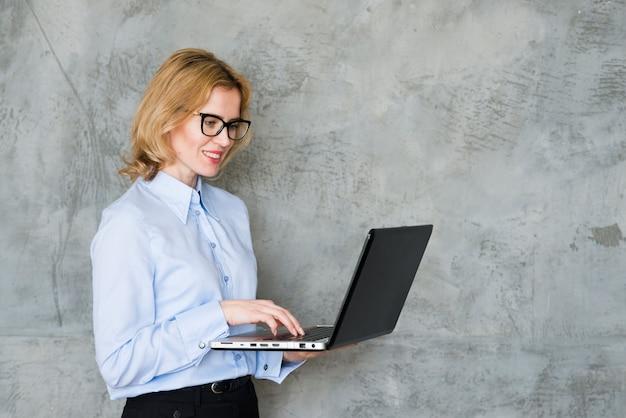 Femme d'affaires utilisant un ordinateur portable