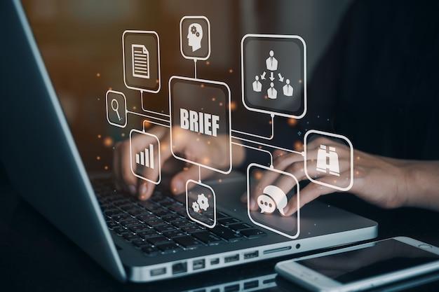 Femme d'affaires utilisant un ordinateur pour briser l'icône web de la bannière pour la conférence d'affaires, la planification, la réunion, la stratégie, la communication, le remue-méninges, le travail d'équipe, la collaboration, l'objectif et le résumé.