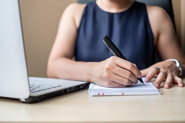 Femme d'affaires utilisant le plan marketing d'analyse d'ordinateur portable.