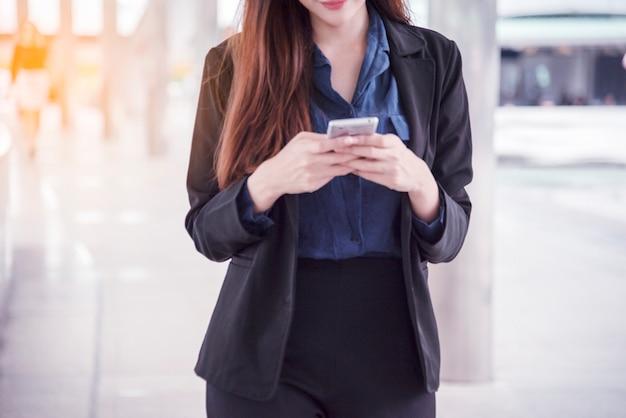 Femme d'affaires utilisant un smartphone faisant des achats en ligne, appelez, sms, mode de vie de la technologie internet