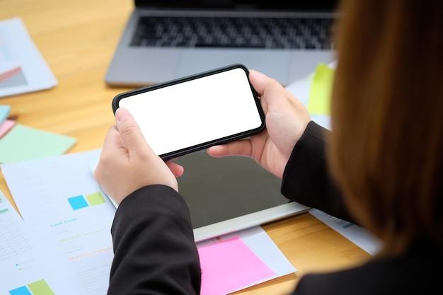 Femme d'affaires en utilisant un smartphone mobile écran d'affichage blanc.