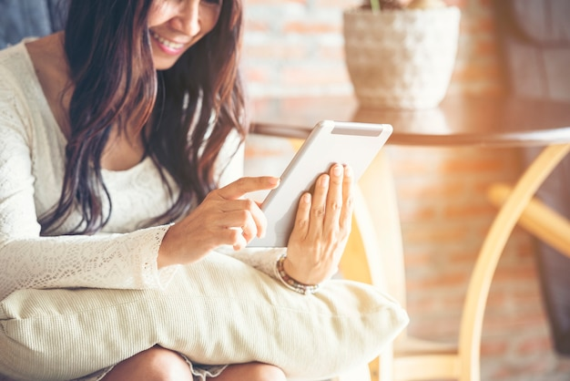Femme d'affaires utilisant un smartphone pour faire des achats en ligne, appeler, envoyer des sms à la technologie internet de style de vie