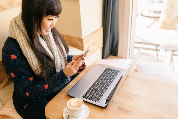 Femme d'affaires utilisant son ordinateur portable dans le café. concept d'entreprise