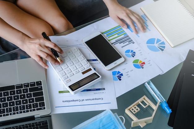 Femme affaires, utilisation, calculatrice, ordinateur portable