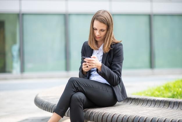 Femme affaires, utilisation, elle, mobile, téléphone portable