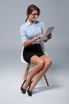 Femme d'affaires et utilisation de la nouvelle technologie