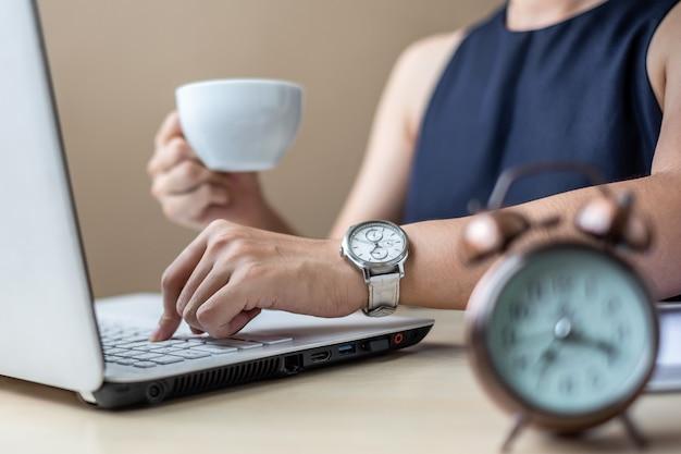 Femme affaires, utilisation, ordinateur portable, analyse, plan marketing, et, boire café