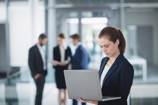 Femme affaires, utilisation, ordinateur portable