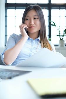 Femme affaires, utilisation, a, smartphone
