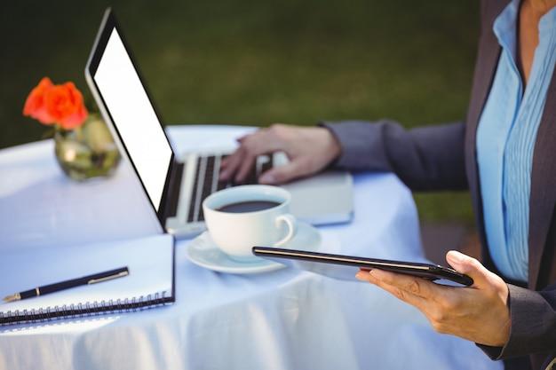 Femme affaires, utilisation, tablette, à, café
