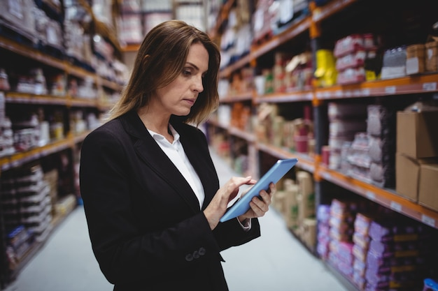 Femme affaires, utilisation, tablette, dans, entrepôt