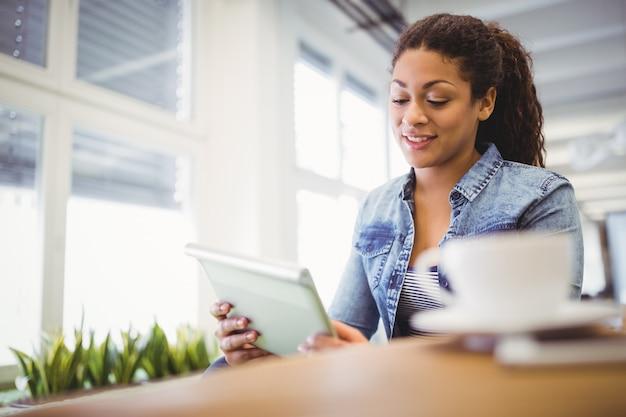 Femme affaires, utilisation, tablette numérique, quoique, séance, dans, créatif, bureau