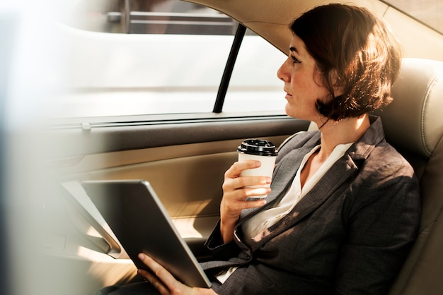 Femme affaires, utilisation, tablette, voiture, intérieur