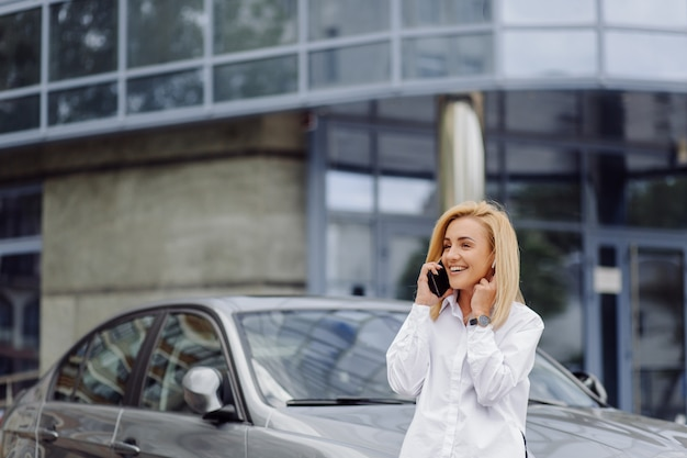 Femme affaires, utilisation, les, téléphone intelligent, dehors, bureau, centre