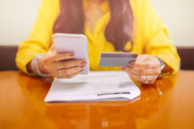 Femme affaires, utilisation, téléphone portable, banque, application, paiement, factures