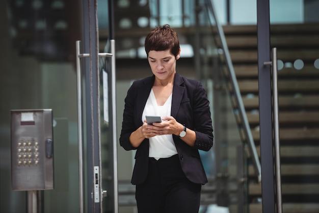 Femme affaires, utilisation, téléphone portable