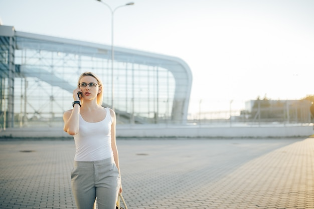 Femme affaires, utilisation, a, téléphone, quoique, debout, dans, extérieur