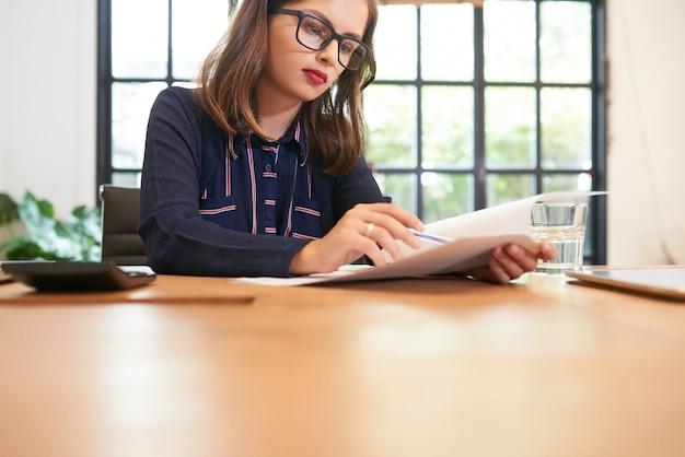 Femme affaires, vérification, document