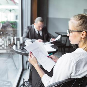 Femme affaires, vérification, documents, dans, restaurant