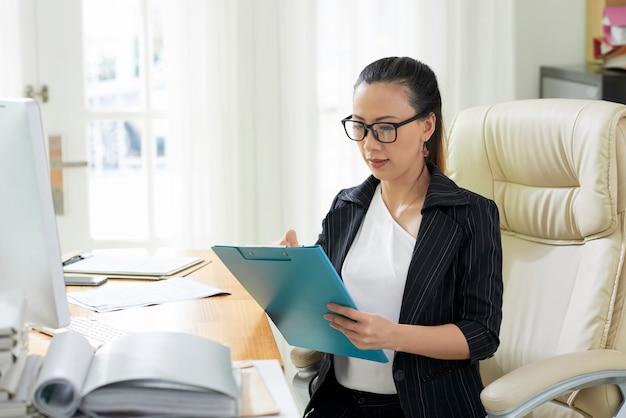 Femme affaires, vérification, données
