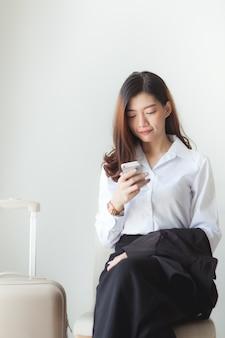 Femme d'affaires vérifie sur un vol de smartphone.