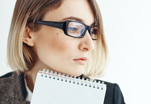 Femme d'affaires en veste look perplexe finance d'entreprise