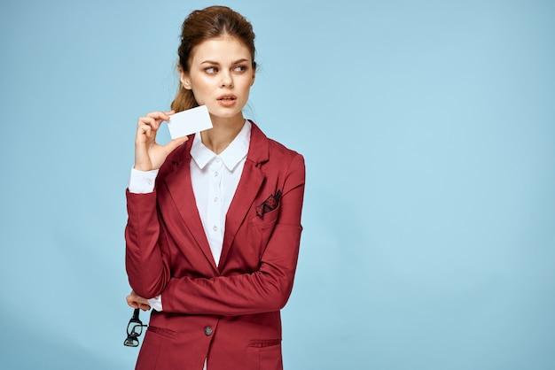 Femme d'affaires veste rouge carte de visite lunettes espace bleu exécutif