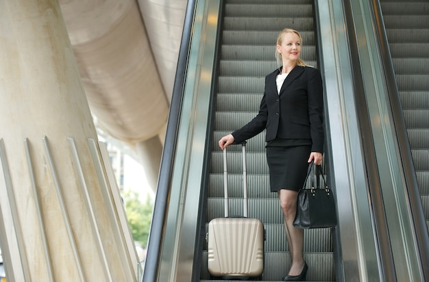 Femme d'affaires voyageant avec des sacs
