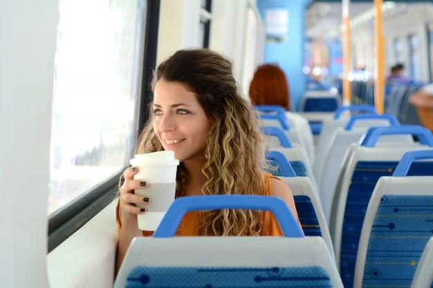 Femme d'affaires voyageant en train