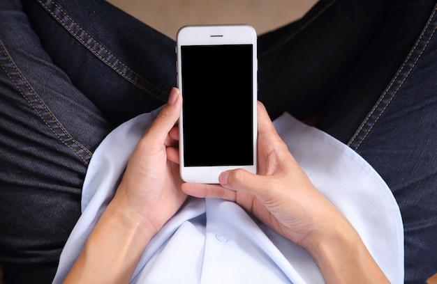 Femme d'affaires vue de dessus porter la chemise avec utilisation smartphone maquette