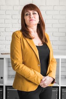 Femme d'affaires vue de face au bureau