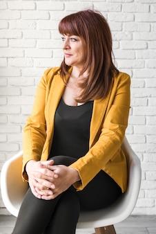 Femme affaires vue frontale, sur, chaise