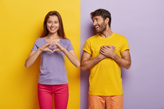 Une femme affectueuse montre un geste de cœur, dit être mon valentine à son petit ami, avoue amoureuse
