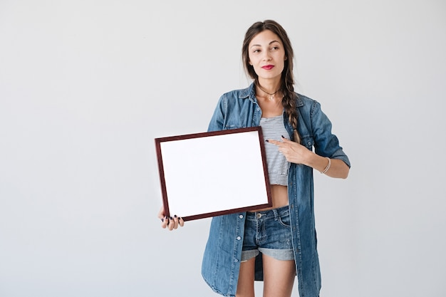 Femme avec affiche publicitaire ou pancarte