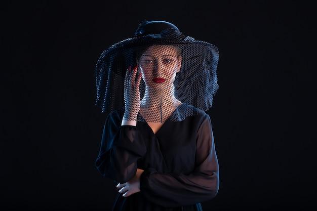 Femme affligée vêtue de tout noir sur noir chagrin funèbre mort tristesse