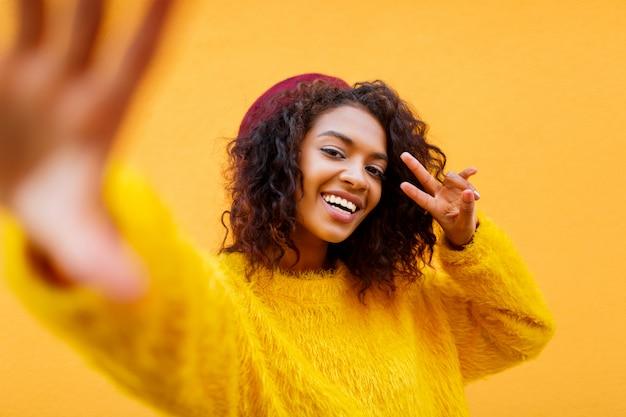 Femme africaine, à, cheveux ondulés
