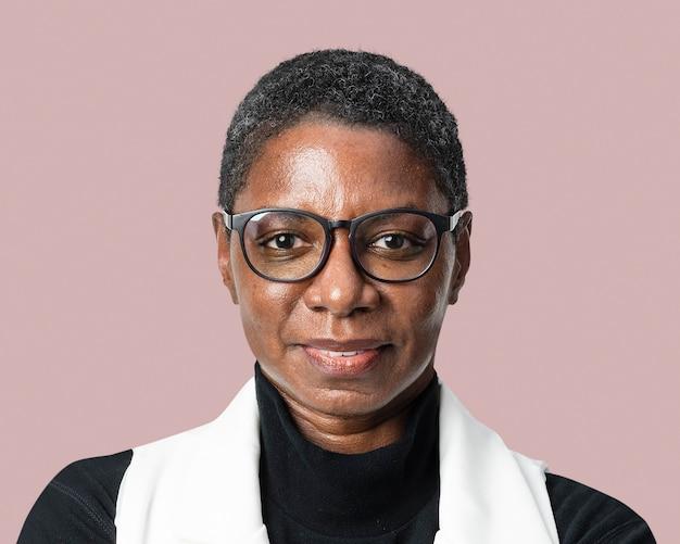 Femme africaine, entrepreneur prospère portant des lunettes face portrait