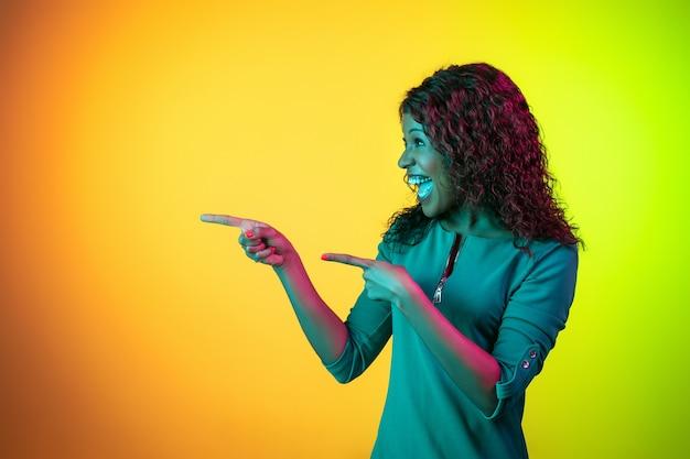 Femme africaine, sur, néon, studio, fond