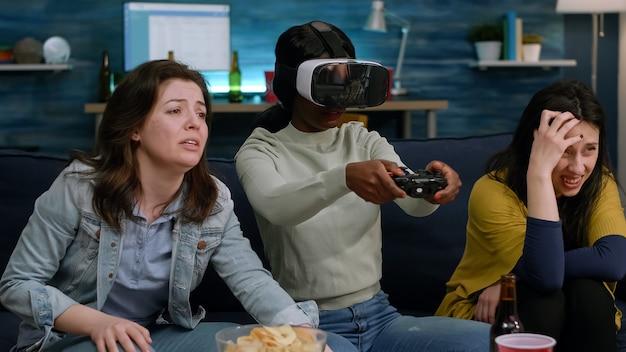 Femme africaine perdant un jeu en ligne tout en portant un casque de réalité virtuelle