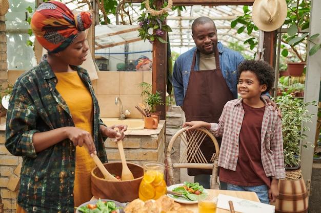 Femme africaine préparant le dîner pour sa famille après le travail dans le jardin